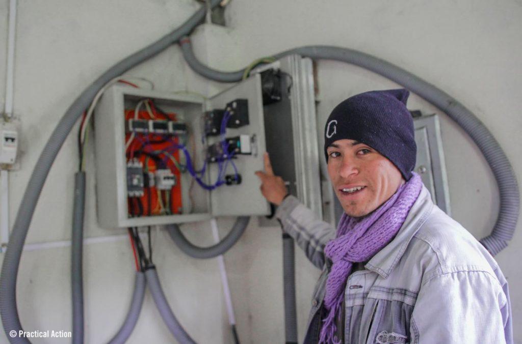 operario usando las energías renovables